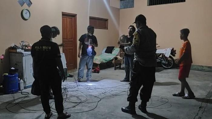 Polisi saat mengecek TKP di Desa Jten, Kemalan, Karanganyar, Jumat  (5/5/2021) malam.