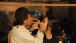 Romantisnya Joshua Suherman dan Clairine Clay Saat Makan Bareng