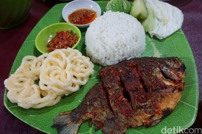 S3 Marketing! Warung Ikan Ini Pasang Iklan Mirip Spanduk Caleg