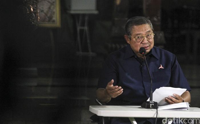 Ketua Majelis Tinggi Partai Demokrat, Susilo Bambang Yudhoyono (SBY), merespons terpilihnya Kepala Staf Kepresidenan (KSP) Moeldoko menjadi Ketua Umum Partai Demokrat lewat agenda yang diklaim sebagai kongres luar biasa (KLB). SBY menuding Moeldoko telah melakukan kudeta bersama orang dalam partai. Hal itu disampaikan di Puri Cikeas, Bogor, Jawa Barat, Jumat (5/3/2021).