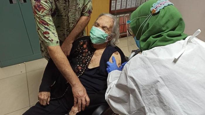 Siti Rumende Harahap penerima vaksin tertua