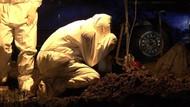 Suasana Haru Pemakaman Jenazah Covid-19, Keluarga Peluk Pusara Pakai APD