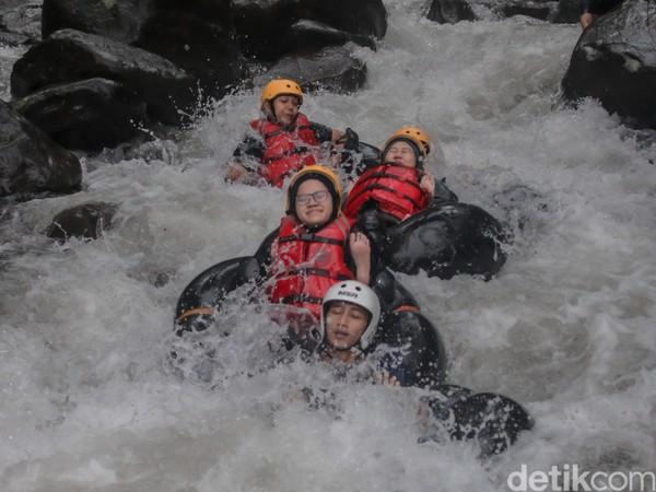 Cikadongdong River Tubing ini sangat cocok dijadikan tujuan berlibur dengan mengajak keluarga maupun kerabat. Pengalaman baru yang menyenangkan dipastikan ketika menjajal wisata air Cikadongdong River Tubing. Foto: Bima Bagaskara/detikcom