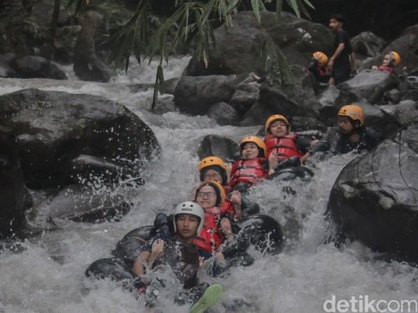 Di Kecamatan Rajagaluh tepatnya di Desa Payung, terdapat sebuah aliran sungai bernama Cikadongdong. Di sungai ini, travelers bisa berlibur sekaligus menjajal olahraga air berupa river tubing. Foto: Bima Bagaskara/detikcom