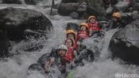Foto: Asyiknya Wisata River Tubing di Sungai Cikadongdong Majalengka