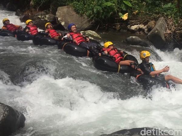 Hulu sungai yang berada di kaki Gunung Ciremai membuat air yang mengalir di Sungai Cikadongdong ini begitu jernih dan menyegarkan. Selain itu bebatuan di Sungai Cikadongdong juga telah ditata sedemikian rupa sehingga aman bagi wisatawan.Foto: Bima Bagaskara/detikcom