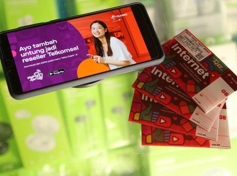 Sekarang driver Gojek bisa mendapatkan penghasilan tambahan dengan nyambi jualan produk dan paket internet Telkomsel.