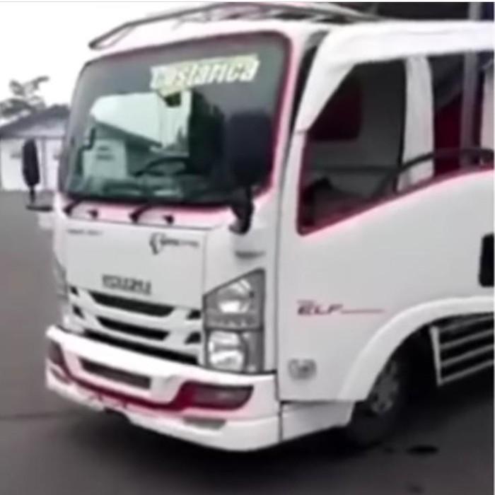 Video truk dilempar besi dan batu oleh petugas Dinas Perhubungan viral di Instagram. Peristiwa itu terjadi di Jembatan Timbang Sedarum, Kecamatan Nguling, Kabupaten Pasuruan.