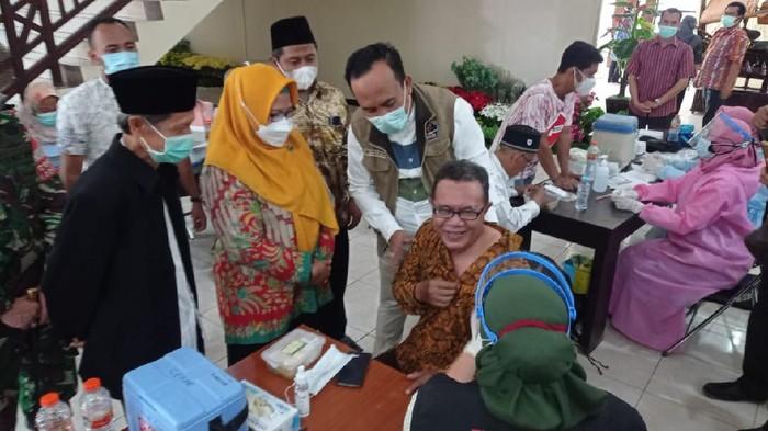 Sebanyak 1.200 kiai dan imam masjid di Gresik menalani vaksinasi COVID-19. Vaksinasi digelar di Kantor Bupati Gresik.