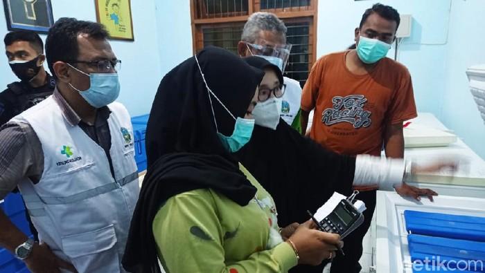 Vaksin COVID-19 Sinovac kembali tiba di Lamongan. Kali ini, jumlahnya 13.940 vial yang langsung disimpan di Instalasi Farmasi Dinkes Lamongan.