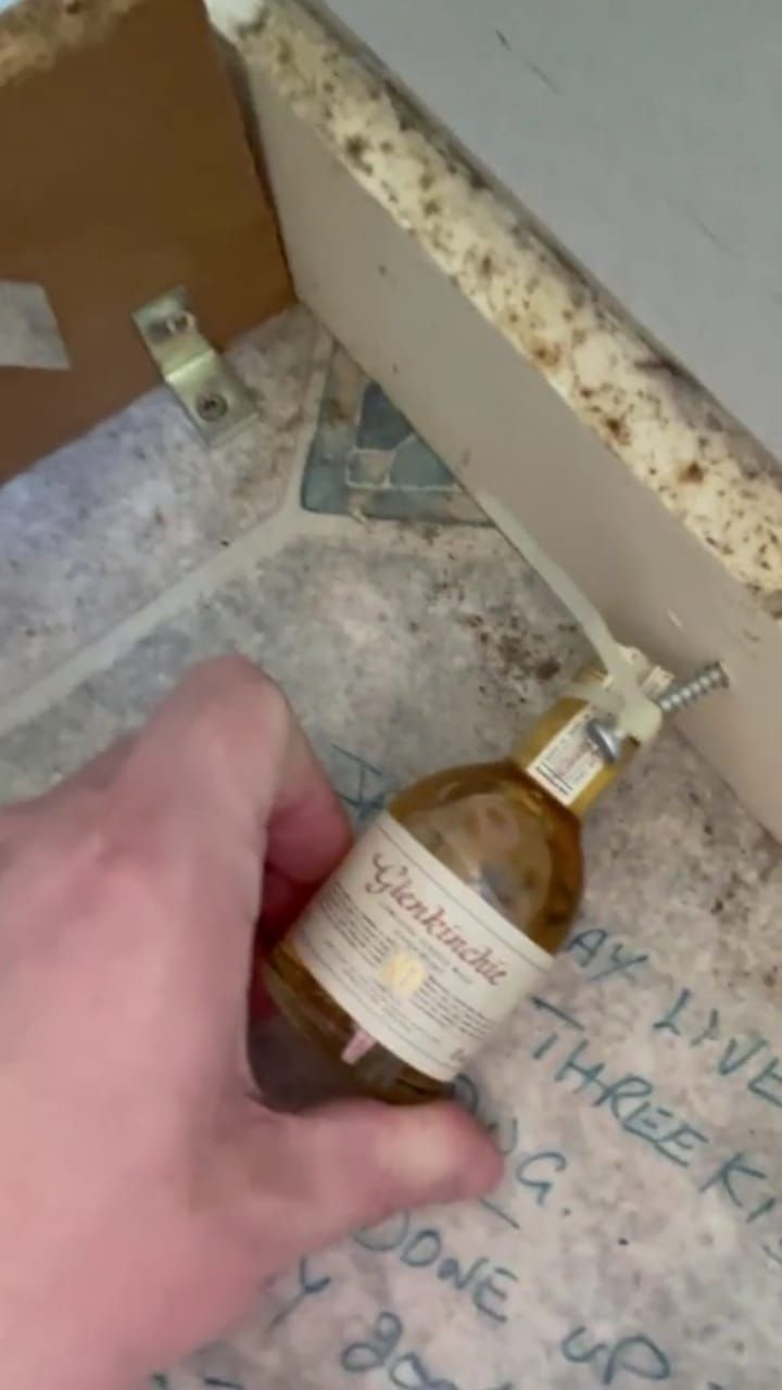 Wah! Kontraktor Ini Temukan Whisky dan Catatan Rahasia Saat Renovasi Dapur