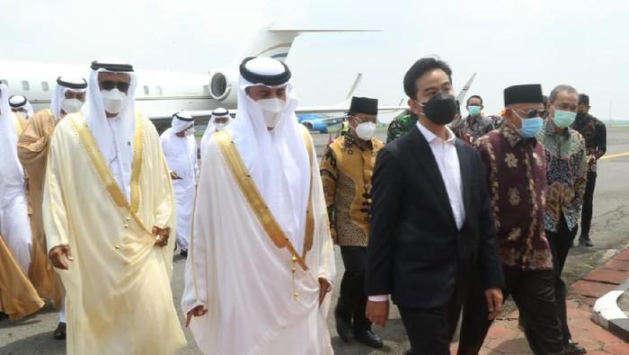 Walkot Solo Gibran Rakabuming Raka dan perwakilan dari UEA di lokasi pembangunan replika Sheikh Zayed Grand Mosque, Banjaran, Solo, Sabtu (6/3/2021)