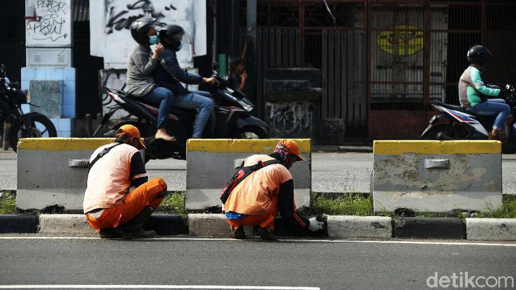 Agar Cantik, Separator di Jalan Abdullah Syafei Dicat Ulang