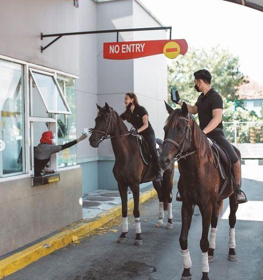 So Sweet! Dara Arafah dan Kekasih Pesan Makanan Drive Thru Naik Kuda