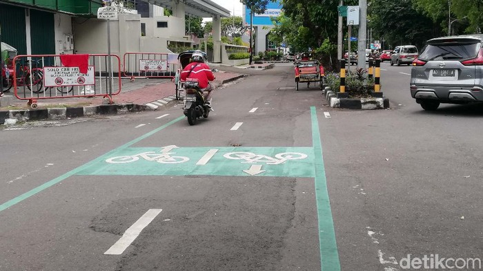 Dishub Kota Solo menyediakan jalur khusus sepeda di sejumlah ruas jalan. Namun jalur ini banyak digunakan untuk tempat parkir kendaraan lain.