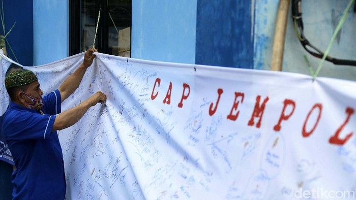 DPD Partai Demokrat (PD) DKI Jakarta menggelar aksi cap jempol darah. Aksi ini sebagai simbol setia kepada Ketum PD Agus Harimurti Yudhoyono (AHY).