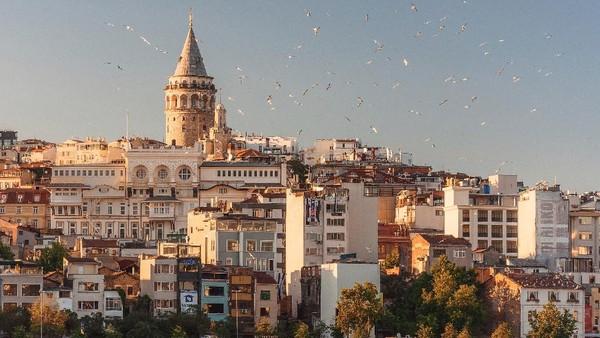 Kota Istanbul merupakan salah satu destinasi favorit traveler. Selain karena budaya yang kental dan arsitekturnya yang indah, Istanbul juga terkenal akan kebudayaan Islamnya. Kota ini merupakan pusat pengetahuan, politik, dan spiritual pada kekhalifahan terlama dalam sejarah islam, yaitu dinasti Ottoman. Foto: Unsplash/Anna