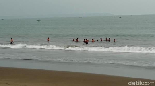 Terlebih di akhir pekan, warga Pangandaran biasanya banyak menghabiskan waktu untuk berenang di pantai atau sekedar duduk di pinggir pantai.