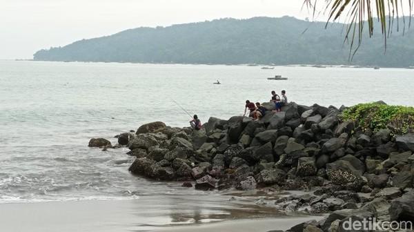 Warga Pantai Pangandaran lebih memilih pantai timur Pangandaran untuk menghabiskan sore. Walau tak menyaksikan matahari tenggelam, suasananya tetap ramai.