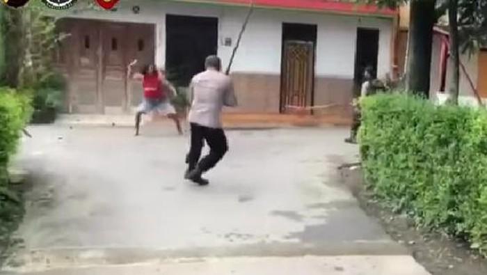 pemuda mengamuk menghunus samurai