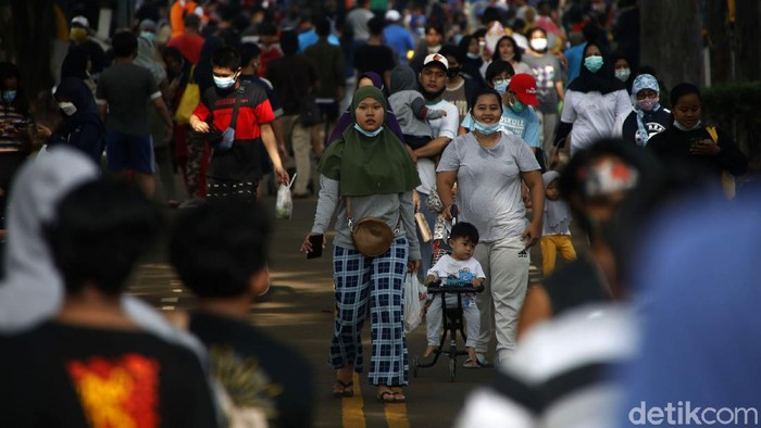 Warga tampak berkerumun saat berolahraga di kawasan Kanal Banjir Timur, Jakarta Timur, Minggu (7/3). Padahal kasus positif COVID-19 di DKI masih tinggi.