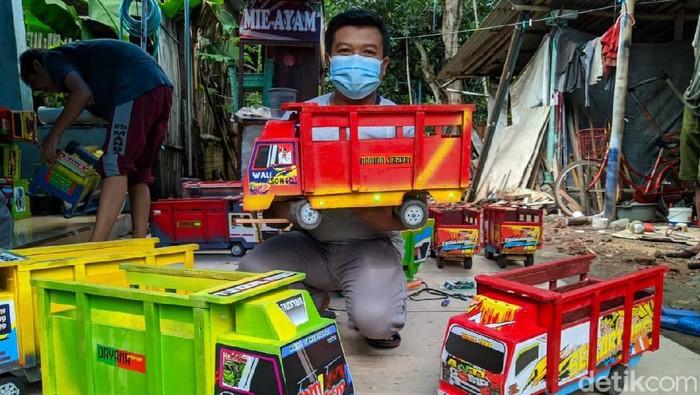 Berawal dari maraknya truk oleng di Youtube, Arif Budianto membuat usaha mainan truk oleng. Siapa sangka meski baru dua bulan berjalan, Anto langsung kebanjiran pesanan.