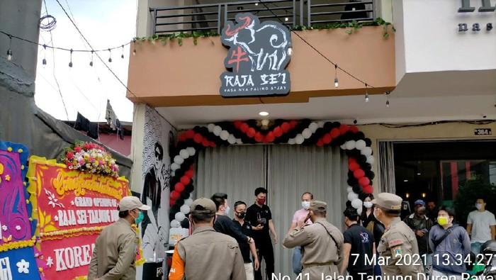 Satpol PP bubarkan kerumunan dari grand opening restoran yang dihadiri artis Rizky Billar (istimewa)