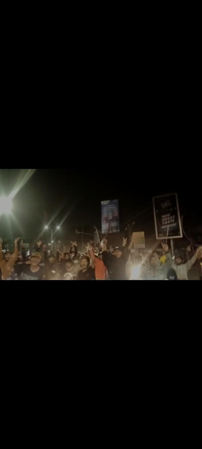 Viral video massa remaja di Serang pamer celurit di jalan