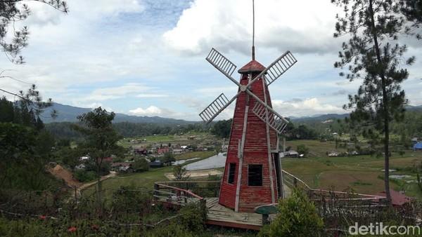 Terdapat bangunan menyerupai replika kincir angin dari Belanda, hingga balon udara dari Italia. (Abdy Febriady/detikcom)
