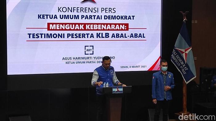 AHY bersama salah seorang eks Wakil Ketua DPC PD di Sulut