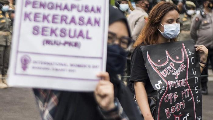 Sejumlah aktivis yang tergabung dalam Simpul untuk Pembebasan Perempuan melakukan unjuk rasa saat peringatan Hari Perempuan Internasional di Bandung, Jawa Barat, Senin (8/3/2021). Aksi tersebut untuk menyampaikan aspirasi para perempuan seperti pengesahan RUU PKS dan perlindungan hak kesehatan reproduksi perempuan serta penuntasan kasus pelecehan dan kekerasan seksual. ANTARA FOTO/M Agung Rajasa/foc.