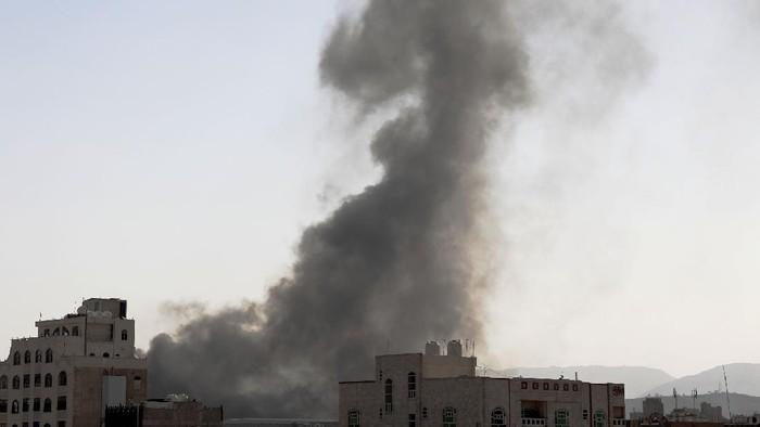 Koalisi militer pimpinan Arab Saudi menyerang Ibu Kota Yaman, Minggu (7/3) waktu setempat. Asap hitam membubung tinggi usai serangan udara dilancarkan.