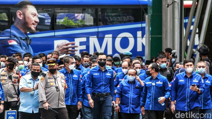 Yudhoyono tiba di kantor Kemenkumham, Jakarta. AHY tampak didampingi sejumlah kader Demokrat saat sambangi Kemenkum HAM.