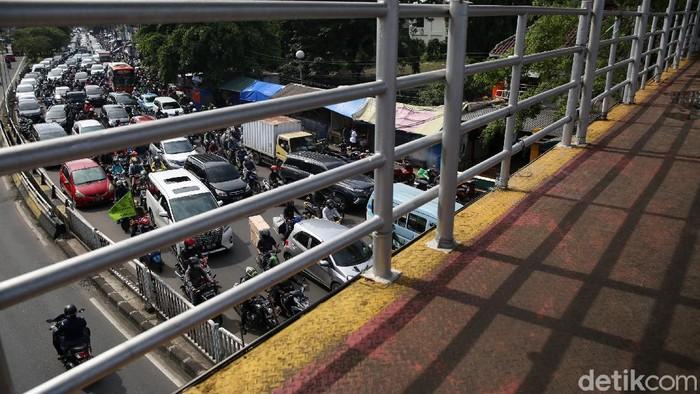 Kemacetan terlihat di ruas jalan Ibu Kota pagi ini. Belum berlakunya ganjil genap imbas perpanjangan PPKM mikro disinyalir jadi salah satu penyebab macet.