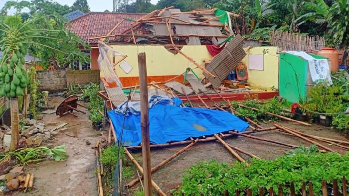 Belasan rumah di Purwakarta rusak diterjang angin puting beliung