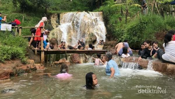 Curug Cipanas baru dibuka untuk umum sejak 2017. Saat ini, cukup banyak masyarakat yang berkunjung demi berendam di kolam air panas tersebut. (Mohamad Arief Rizky/dTraveler)