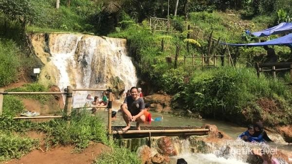 Di area curug juga disediakan beberapa saung dan tikar tempat pengunjung beristirahat sambil menunggu anggota keluarga bermain air. Akses masuk ke objek wisata dari tempat parkir juga lebih nyaman dilalui pengunjung. (Mohamad Arief Rizky/dTraveler)