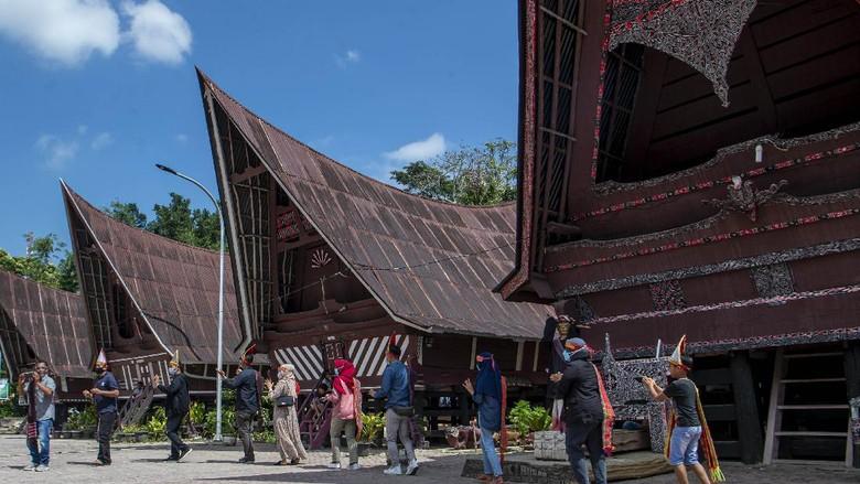 Wisatawan menari Tor Tor di depan patung Sigale-gale di Desa Wisata Tomok, Simanindo, Samosir, Sumatera Utara.