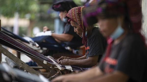 Tak hanya dapat menikmati wisata alam, para wisatawan yang berkunjung ke sini dapat menikmati kegiatan berkayak atau naik sampan untuk menjelajahi danau Tongging-Silalahi, Tongging-Samosir, atau Lingkaran Utara yang berada di sekitar Danau toba.