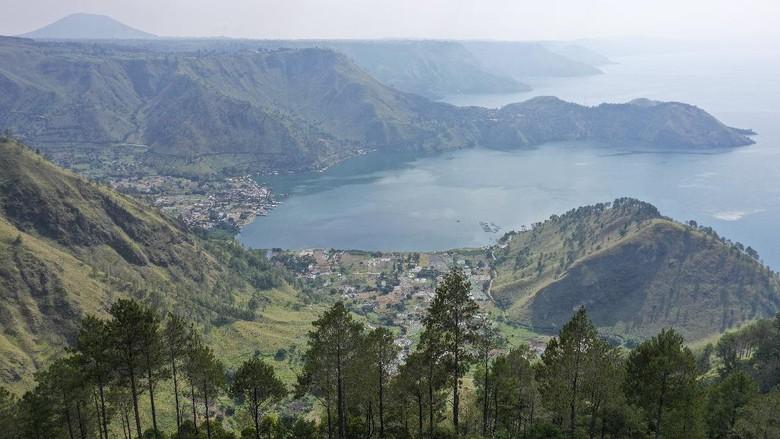 Hamparan air Danau bewarna biru menjadi pemandangan apik saat berkunjung ke Tanah Batak. Pohon pinus yang menjulang tinggi menambah segarnya udara di sekitarnya.