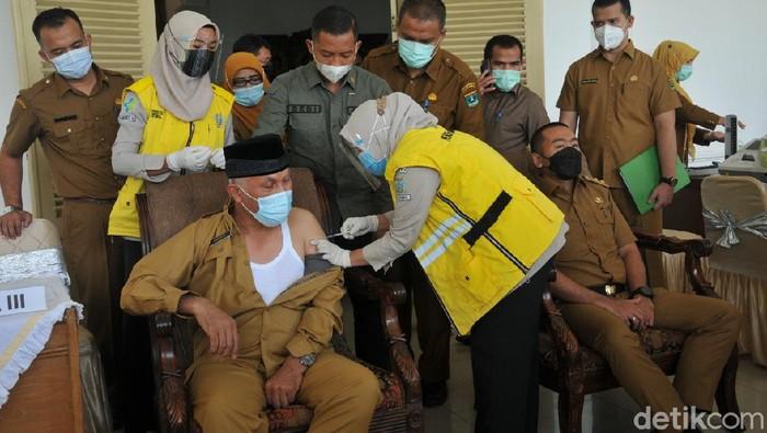 Gubernur Sumbar Mahyeldi disuntik vaksin sinovac Senin 8 Maret 2021