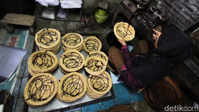 Intip adalah makanan yang terbuat dari nasi. Industri intip di Palur, Karanganyar, Jawa Tengah, mampu bertahan di tengah pandemi.