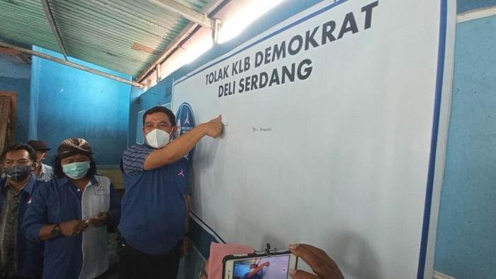 Kader Demokrat menggelar aksi cap jempol darah menolak KLB Deli Serdang di kantor DPC Demokrat Sragen, Senin (8/3/2021).  dok. Istimewa teman.