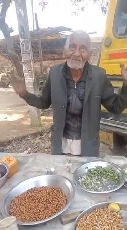 kakek 98 tahun di India masih semangat jualan salad kacang di pinggir jalan walaupun fisiknya sudah renta.
