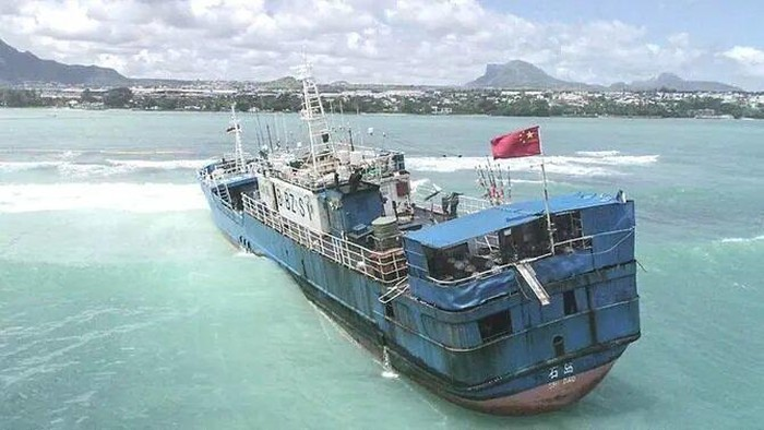 An aerial view taken on March 8, 2021, shows Chinese fishing vessel Lurong Yuan Yu that ran aground on reefs of Pointe-aux-Sables in Port Louis, Mauritius, on March 7, 2021. / AFP / LExpress Maurice