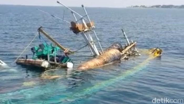 kapal nelayan terbalik