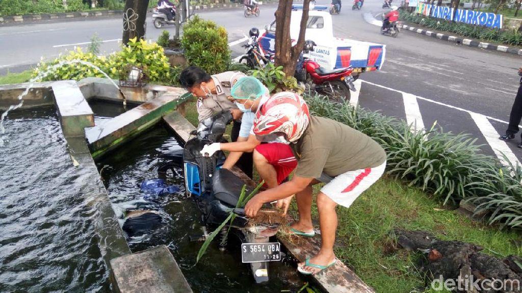 Tabrak Taman Kota Lalu Tercebur Kolam, Biker di Sidoarjo Tewas
