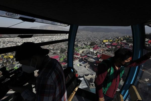 Selain bebas macet, warga juga disuguhkan dengan pemandangan kota dari ketinggian. (AP Photo/Rebecca Blackwell)