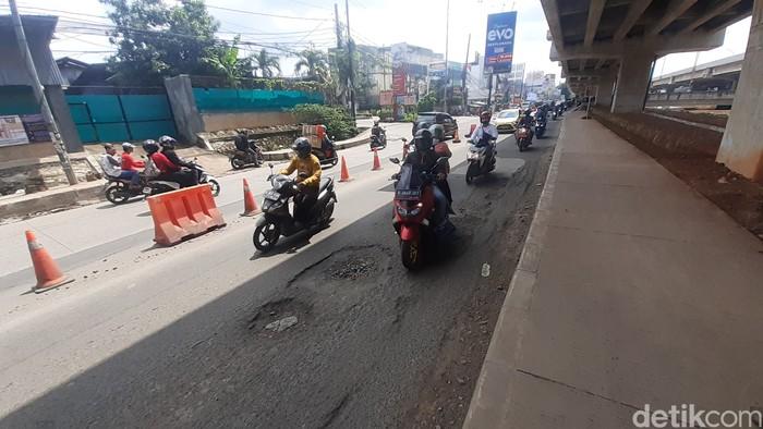Kerusakan jalan di sekitar Grand Kota Bintang, 8 Maret 2021. (Afzal Nur Iman/detikcom)