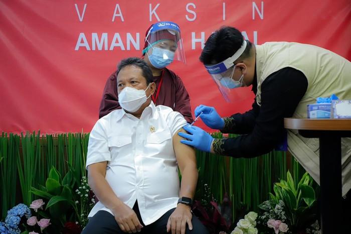 Menteri KKP Sakti Wahyu Trenggono divaksin COVID-19